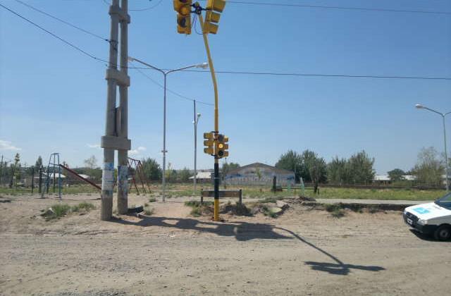 Colocan nuevo semáforo en la esquina Barros y Lago Viedma de Hi.Be.Pa.