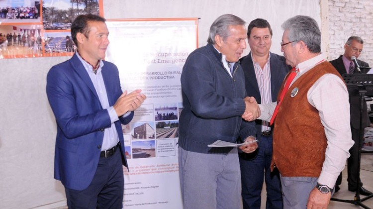 Sapag entregó microcréditos a productores por casi 300 mil pesos