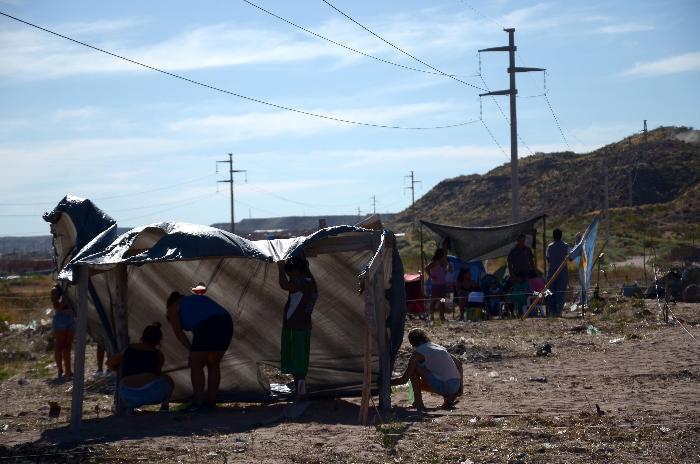 nqn 60 familias tomaron un terreno en el barrio almafuerte detras del