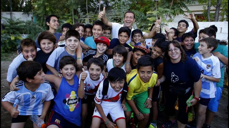 Omar Gutierrez  junto a niños futbolistas en su visita  del club Valentina ...prensa Omar Gutierrez  _2760