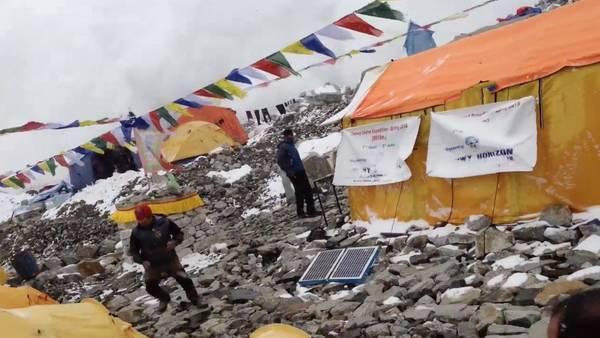 Montanistas-graban-avalancha-Everest_CLAIMA20150427_0031_27