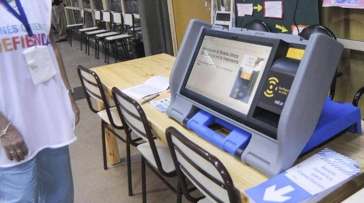 zzzznacp2NOTICIAS ARGENTINAS BAIRES, ABRIL 26: Un ensayo del Sistema de Boleta Unica Electronica se realiza en varias escuelas de esta ciudad mientras se desarrollan las PASO. Foto NA: HUGO RAMOSzzzz