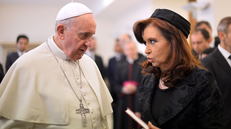 Pope Francis meets with Argentina's President Cristina Fernandez de Kirchner during a private audience at the Vatican on March 17, 2014.  AFP PHOTO POOL / ALBERTO PIZZOLI