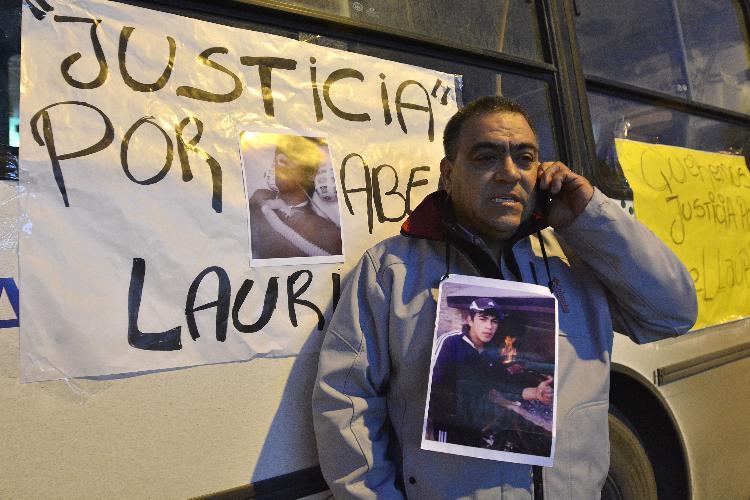 NEUQUEN...02-Junio-2015... FAMILIARES DE ABEL LAURIN PROTESTAN FRENTE HOSPITAL C.RENDÓN... EN LA FOTO EL PADRE DE ABEL.