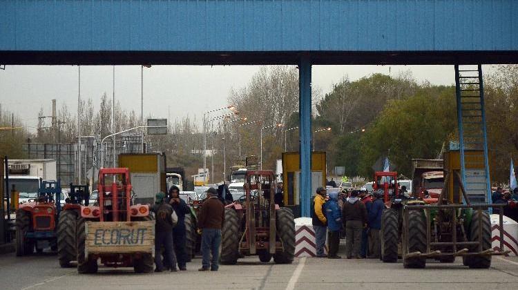 AG. NEUQUEN FOTO YAMIL REGULES-04-06-2015 - PROTESTA DE PRODUCTORES CORTE DE PUENTE