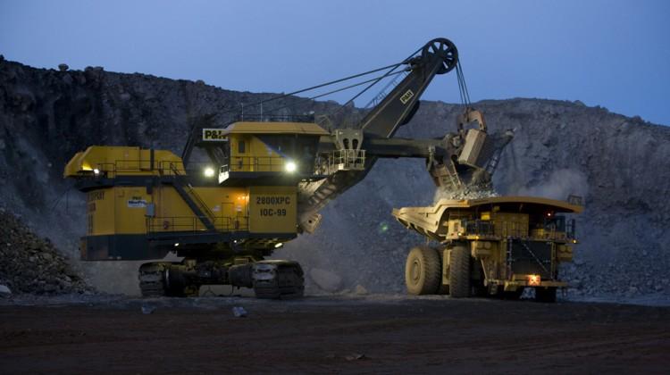 August 2010, Labrador City, Mine, Truck loading by night Aout 2010, Labrador City, Mine, Chargement de camion en soir