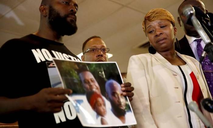 Familiares del joven asesinado por la policía estadounidense.