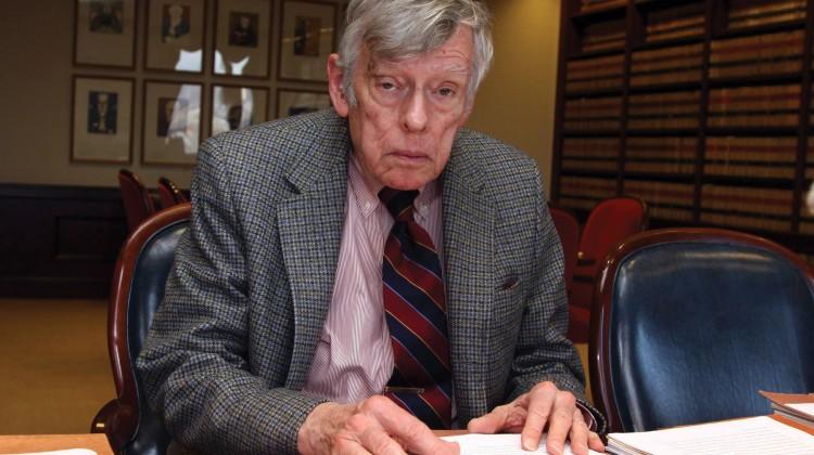NUE04. NUEVA YORK (EEUU), 15/01/2010.- El juez Thomas Griesa posa hoy, viernes 15 de enero de 2010, en su oficina en la Corte federal de Nueva York (EEUU). El juez embargÛ cuentas del Banco Central argentino en la Reserva Federal de EEUU por 1,7 millones de dÛlares por pedido de los fondos de inversiÛn Elliot y Dart, que reclaman el pago de bonos soberanos argentinos impagos desde 2001. La situaciÛn ha causado un enfrentamiento entre el Gobierno argentino y la autoridad monetaria de ese paÌs suramericano. EFE/Miguel Rajmil