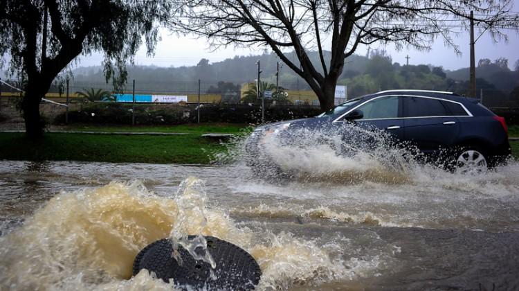 06 Agosto  2015/CON CON   Una tapa de acantarillado se salió con el agua de la lluvia en Quilpue  a raiz de las fuertes lluvias que afectan a la región de Valparaiso .  FOTO : PABLO OVALLE ISASMENDI / AGENCIAUNO