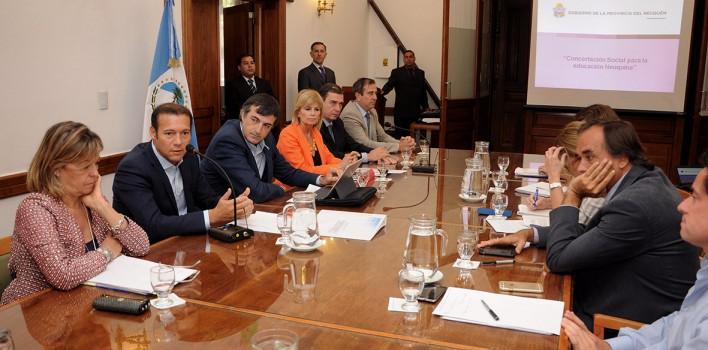Gobernador-Omar-Gutierrez-reunido-en-mesa-de-trabajo-con-el-ministro-de-eduacion-de-la-nacion-Esteban-Bullrich-1-708x350