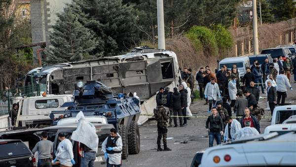 Coche-estacion-micros-Turquia-AFP_CLAIMA20160331_0145_28