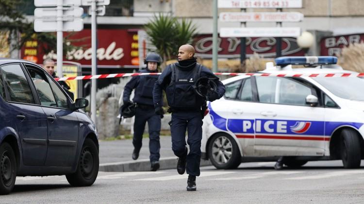 FVE020 PARÍS (FRANCIA) 08/01/2015.- Policías participan en una operación en Arcueil, ceca de París (Francia) tras un tiroteo registrado en Montrouge, al sur de París, hoy, jueves 8 de enero de 2015. La policía municipal herida hoy en un tiroteo en Montrouge, en el sur de París, ha muerto, mientras que la otra víctima se halla en estado de extrema gravedad, informaron los medios franceses. EFE/Yoan Valat