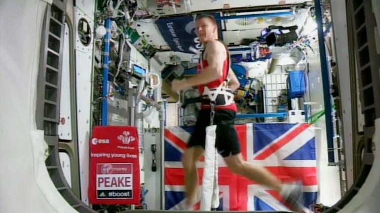 El astronauta británico Tim Peake corre la Maratón de Londres sujetado a una caminadora eléctrica para contrarrestar la falta de gravedad en la Estación Espacial Internacional el domingo 24 de abril de 2016. Mientras se realizaba el Maratón de Londres, Peake completó el trayecto en tres horas, 35 minutos y 21 segundos mientras estaba en órbita en la estación espacial, a unos 250 kilómetros sobre la tierra. (AGENCIA ESPACIAL EUROPEA (ESA) via AP)