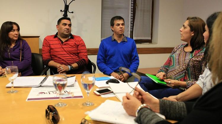 Neuquen 18-04-16... Ministerio de Ciudadania, Gustavo Alcaraz reunión gente del Cedronar....