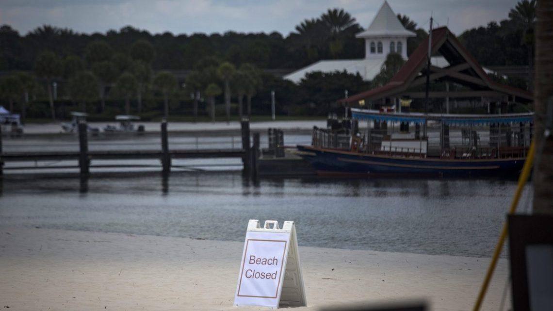 JT01. ORLANDO (EE.UU.), 15/06/2016.- Vista de un cartel que anuncia el cierre de la playa hoy, miércoles 15 de junio de 2016, cerca al Grand Floridian Resort & Spa de Walt Disney World Resort en Orlando, Florida (Estados Unidos). Las autoridades siguen sin descanso la búsqueda del niño atacado por un caimán en el lugar, aunque las esperanzas de encontrarlo con vida prácticamente se han desvanecido, según admitieron hoy en una rueda de prensa. EFE/JOHN TAGGART
