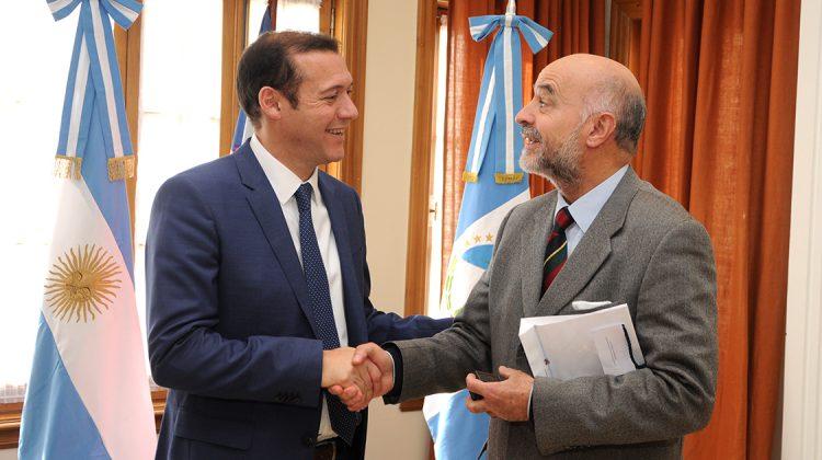 web-Cabeza-Gobernador-Omar-Gutierrez-junto-a-consul-Chileno-DSC_0148