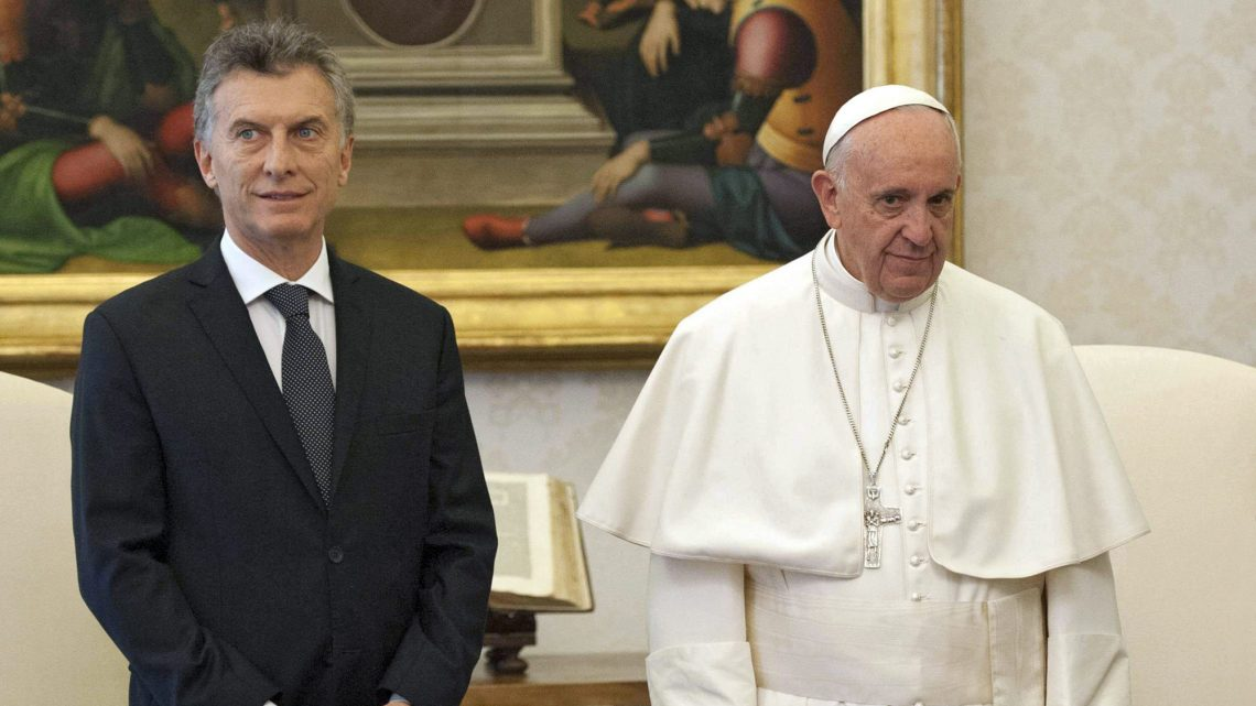 . Vatican City (Vatican City State (holy See)), 27/02/2016.- Pope Francis (R) poses for a picture with Argentina's President Mauricio Macri (L) during a private audience at the Vatican, 27 February 2016. (Papa) EFE/EPA/GIORGIO ONORATI / POOL