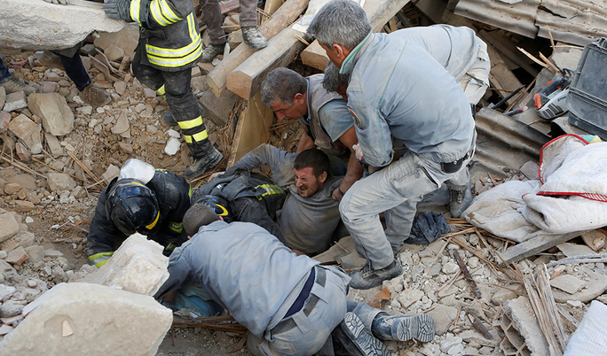 A man is rescued alive from the ruins following an earthquake in Amatrice, central Italy, August 24, 2016. REUTERS/Remo Casilli     TPX IMAGES OF THE DAY