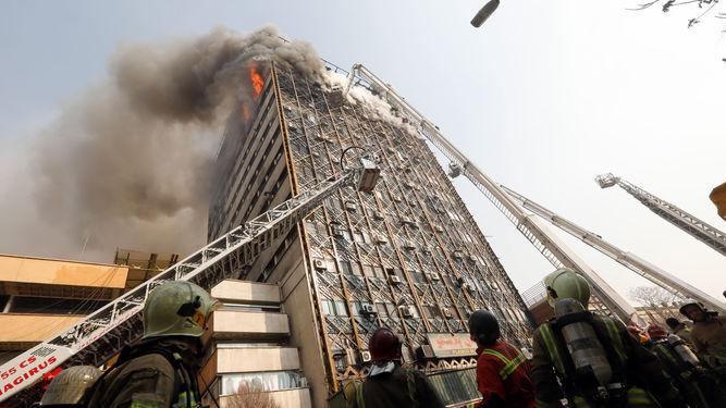 Decenas-bomberos-escombros-derrumbado-Teheran_991711512_120528764_667x375