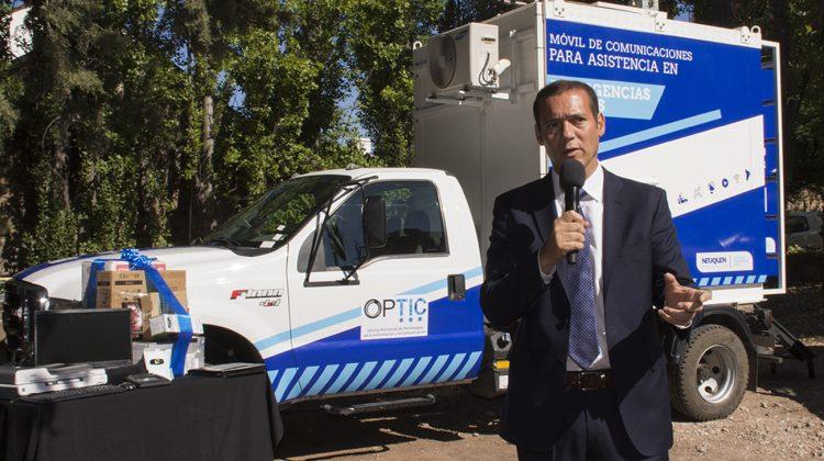 La OPTIC renovó la mitad de su flota de vehículos Recibió diez camionetas y un camión 4x4 para una mejor calidad de servicio y el avance en la instalación y puesta en marcha de nuevas infraestructura de comunicaciones, además de la asistencia en emergencias civiles. El Gobernador Omar Gutiérrez entregó esta mañana diez camionetas 4 x 4 y una unidad móvil de comunicaciones para la asistencia en emergencias civiles a la Oficina Provincial de Tecnología de la Información y Comunicación (OPTIC).