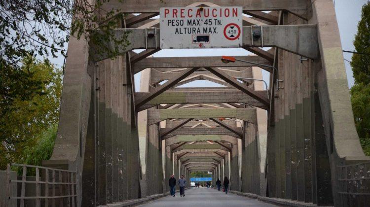 Neuquén: Trabajadores ceramistas cortaron el puente carretero durante la mañana.