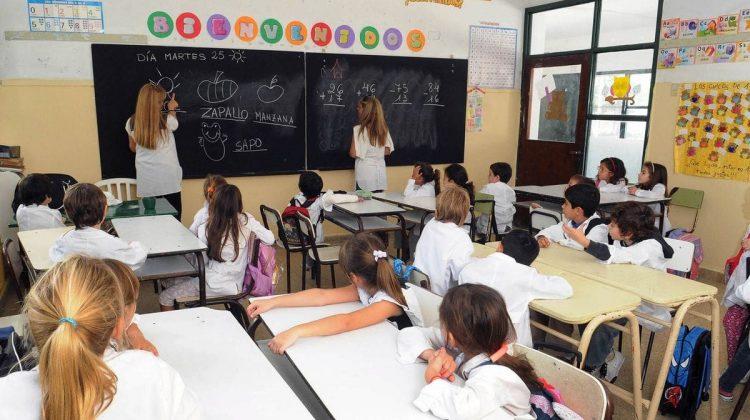 Escuela-alumnos-maestro-clases-generica-1920