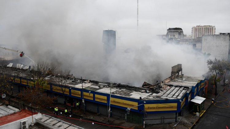 Buenos Aires: Siete dotaciones de bomberos trabajan para mitigar las llamas en Feria del barrio de Constitución.  Foto: Telam/Osvaldo Fanton