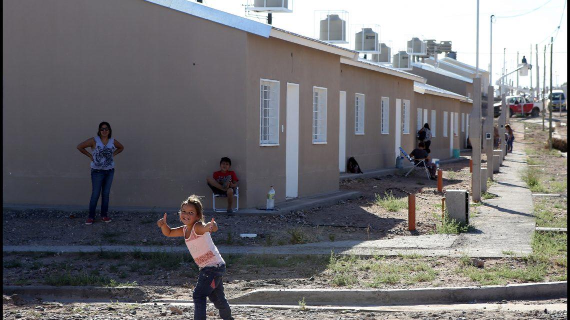 Neuquen-25-Febrero-2016...-El-gobernador-Omar-Gutiérrez-inauguro-las-483-vivienda-de-cuenca-16...._3110