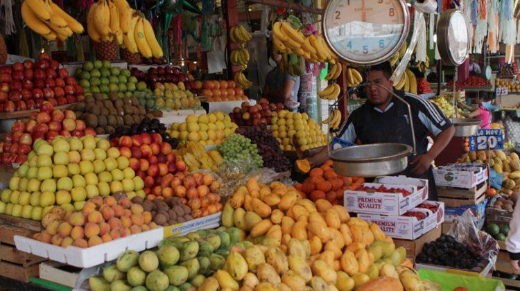 Puebla, Pue 07 Marzo 2011.-  Frutas de temporada como mangos y duraznos son ofrecidas en diversos puestos de mercados de la capital poblana.  //Agencia Enfoque//