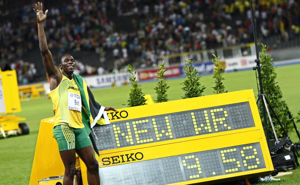 Usain Bolt posa con su récord del mundo de 100 metros lisos.