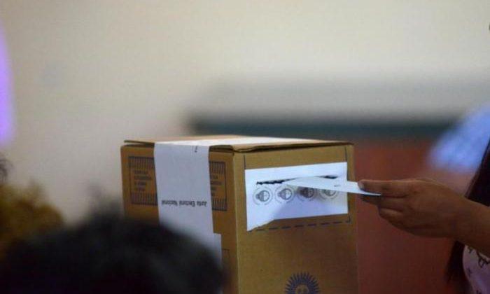 ROCA 27/10/13: ELECCONES PARA DIPUTADOS Y SENADORES.URNA Y VOTO. FOTO: ANDRES MARIPE
