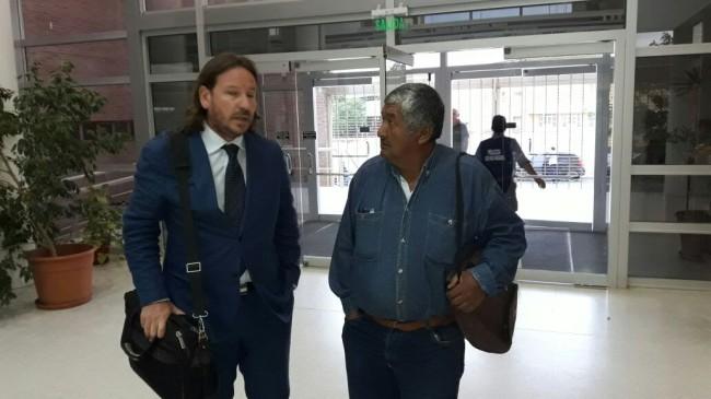 Abogado de la familia y el padre del joven desaparecido. Gentileza Diario Río Negro.